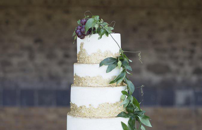 Ten glamorous gold wedding cakes