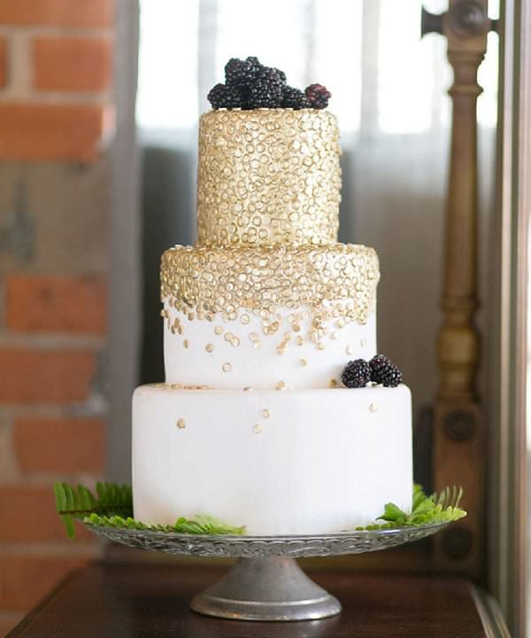 white wedding cake with gold glitter 10 glamorous gold wedding cakes 27412
