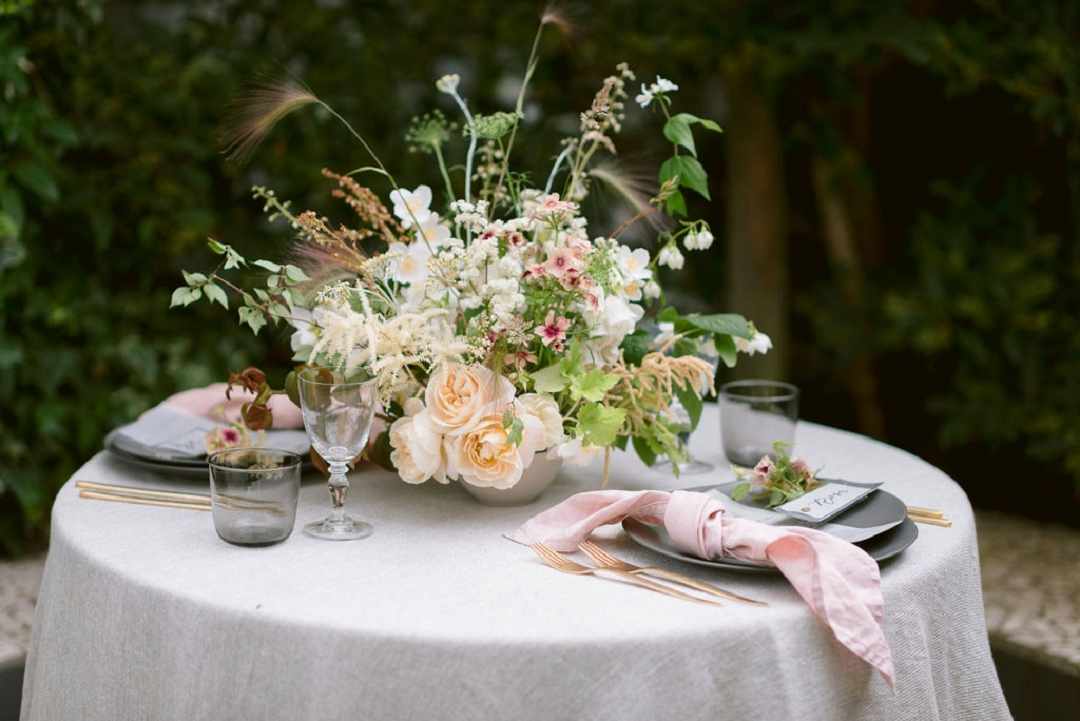 cottagcore iinspred simple outdoor wedding styling