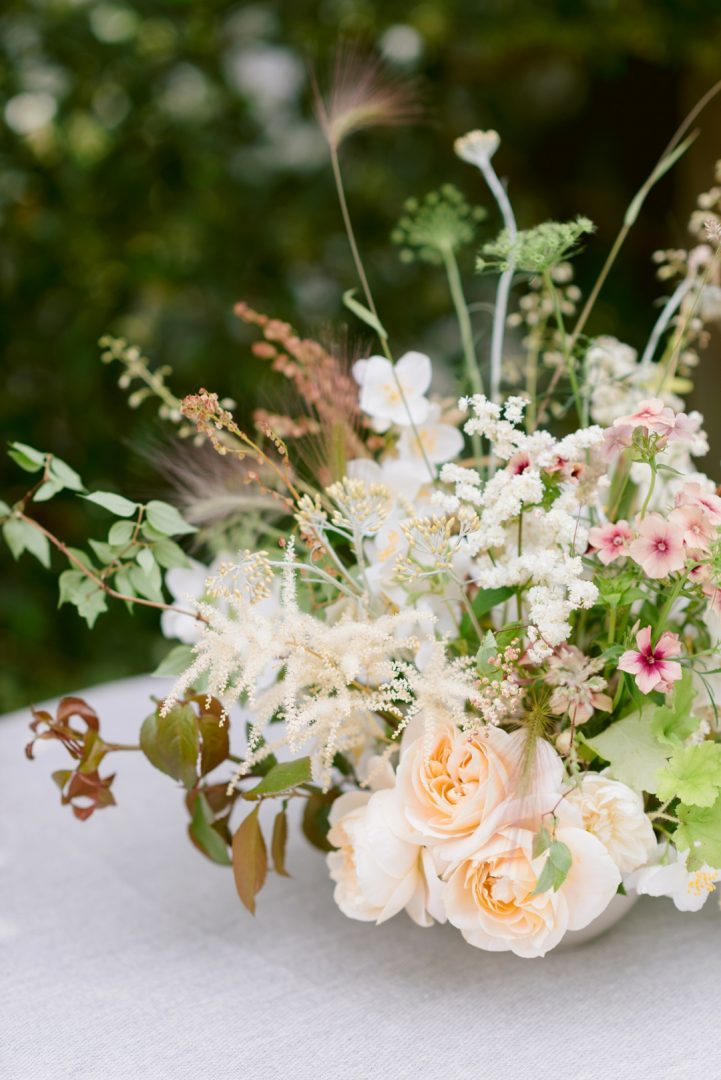 Wedding trends inspired by interior design Cottagcore trend flowers (1)